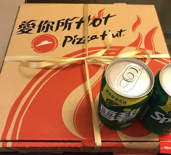 台湾のピザハットのピザの箱