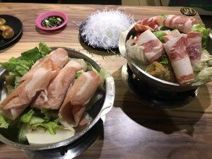 林森北路の鍋博士臭臭鍋の豚肉鍋と牛肉鍋(火にかける前)