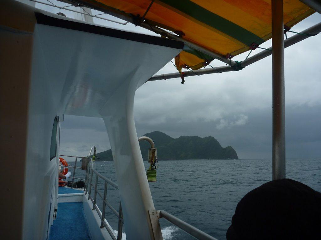 烏石漁港から亀山島に向かう船