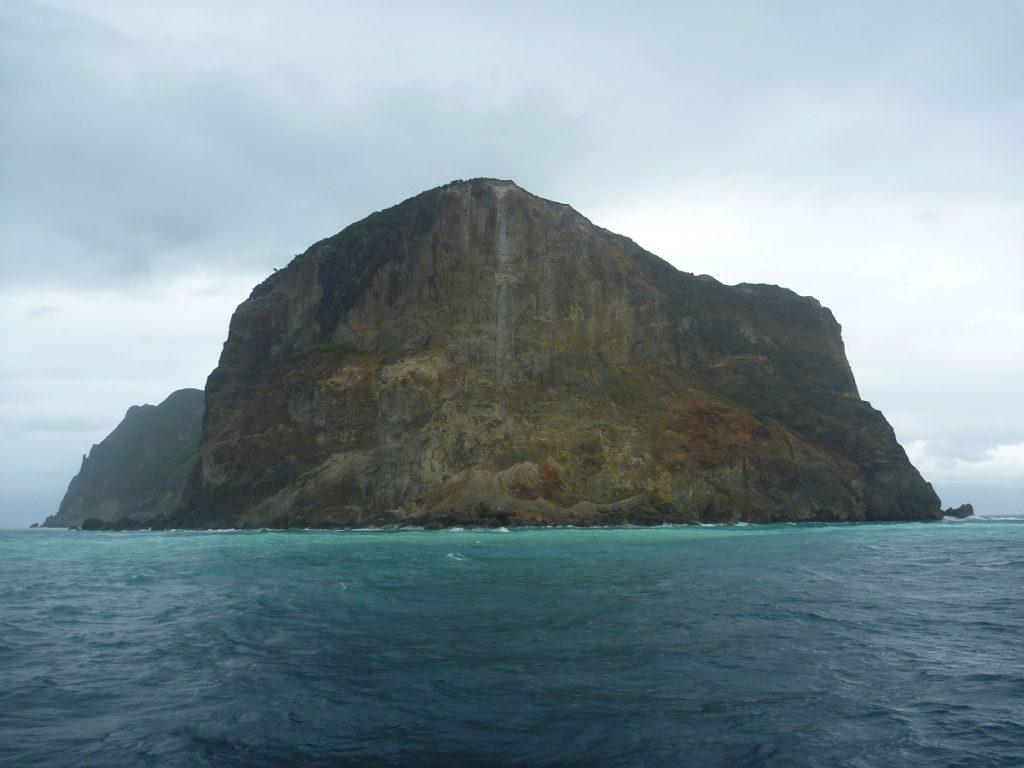 硫黄により変色した亀山島付近の海水