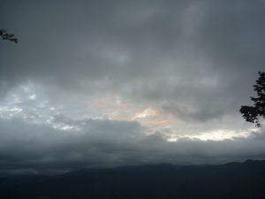 曇りの日の阿里山の日の出